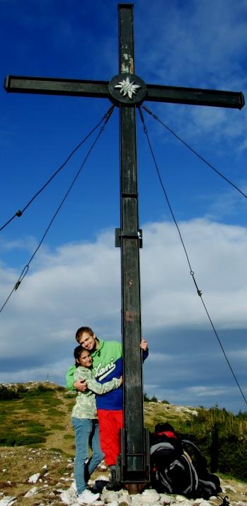Hagymás hegység, 2012.09.08. Nagyhagymás-csúcs, a kereszt jegye alatt Bea és Hali-Zoli